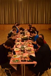 Gruppenbild beim Essen an der Helpweihnacht 15